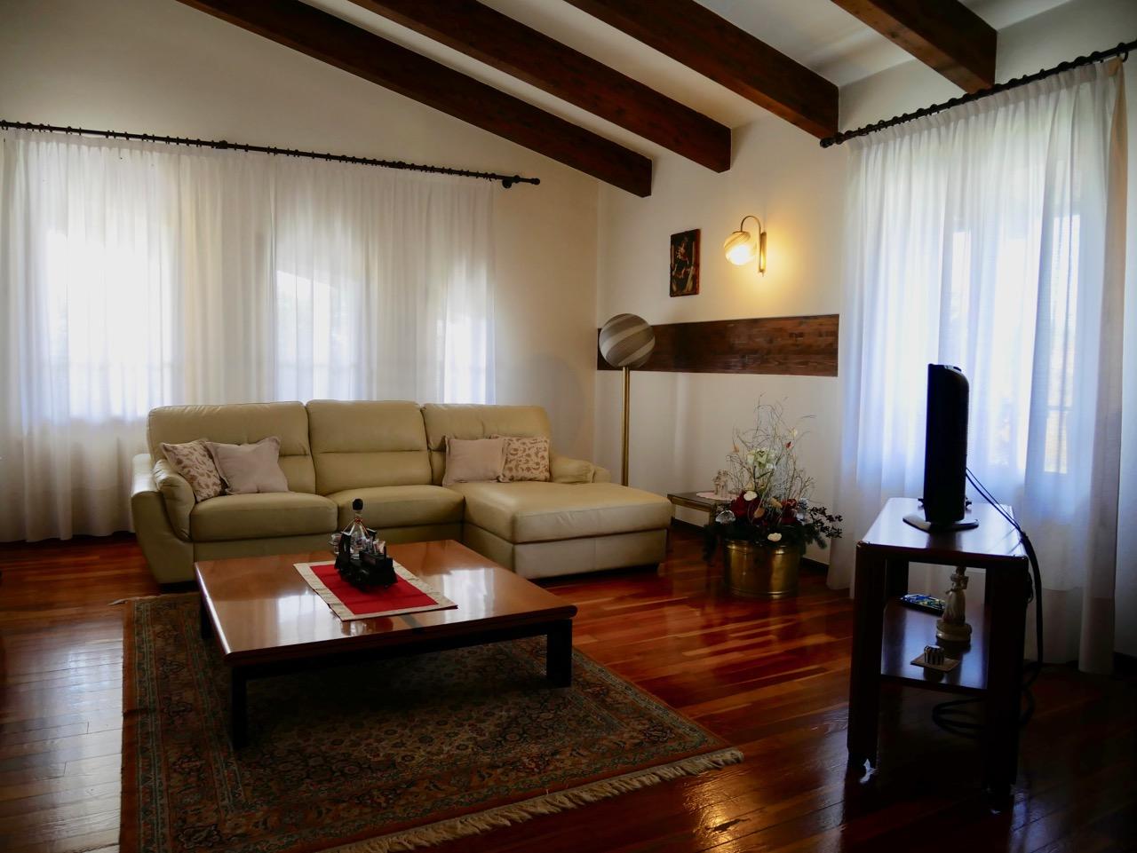 Splendida villa singola con ampio giardino, in zona centrale.