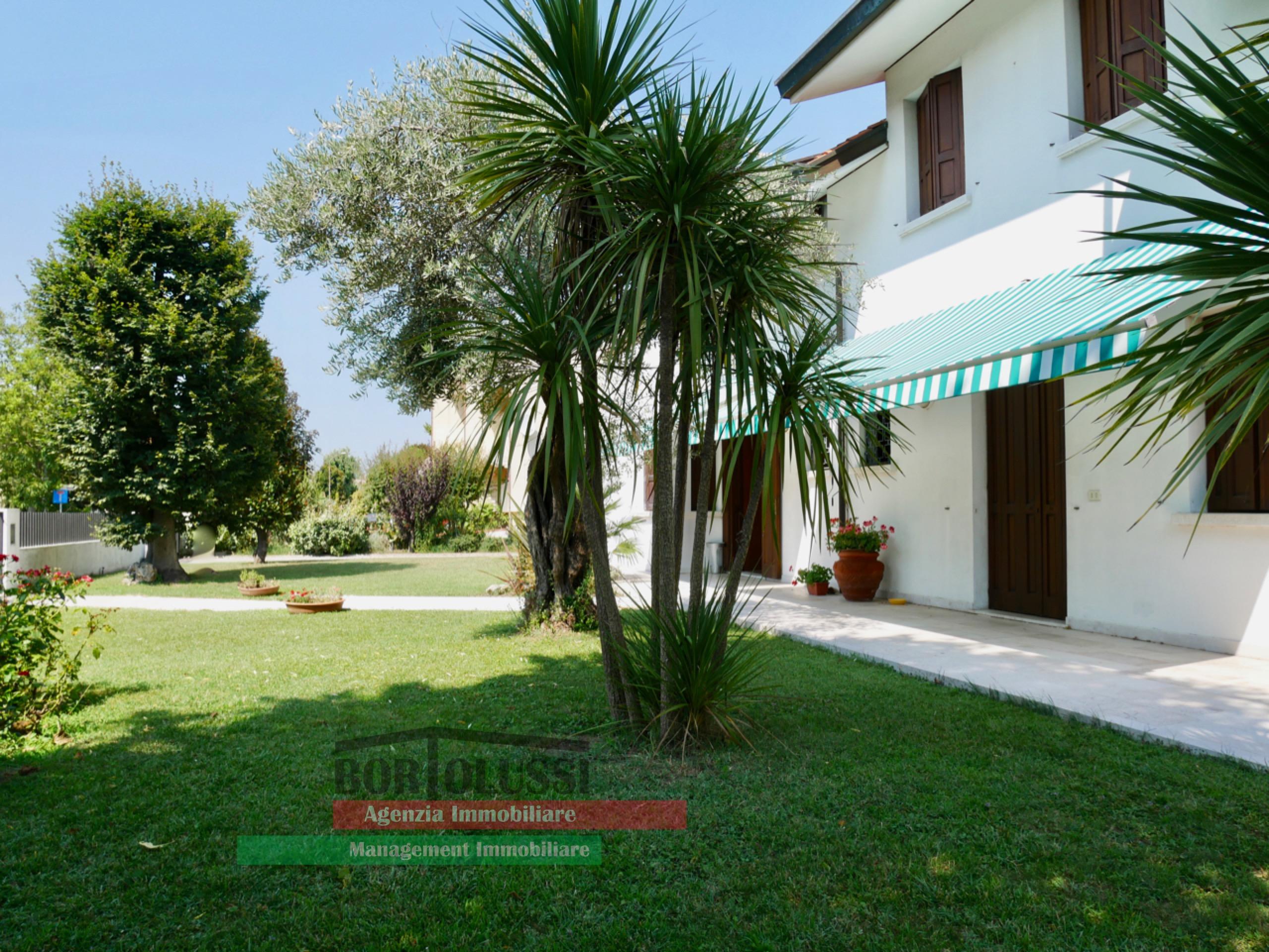 Villa singola con due unità abitative.